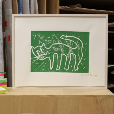 Mit Absicht hat der Künstler die Drucke leicht schief auf dem Büttenpapier positioniert